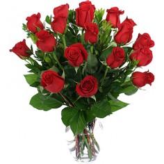 Buquê com 18 rosas vermelhas em jarra de vidro