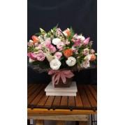 Arranjo de rosas em cachepô de madeira