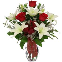 Elegante Buquê de Rosas e Lírio