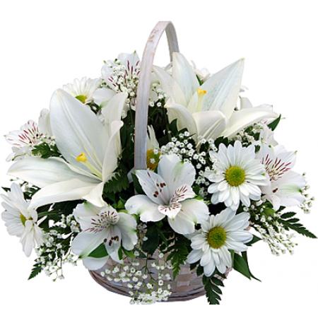 Cesta com flores nobres em tom branco