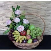 cesta de frutas com arranjo de flores