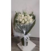 buquê de rosas brancas e lisianthus