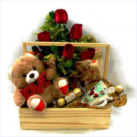 Cesta de Madeira com Flores, Ferrero Rocher, Xícara e Urso de Pelucia