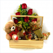Cesta de Madeira com Flores, Chocolate Dreams In Pieces e Urso de Pelucia