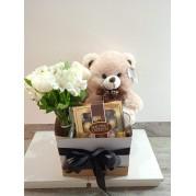 caixa com flores e chocolate