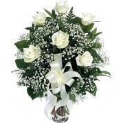 Buquê de rosas brancas em vaso de vidro