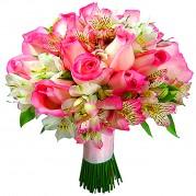 Buquê de noivas com rosas claras e alstroemérias