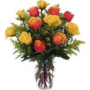 Buquê de rosas laranja e amarela em peça de vidro