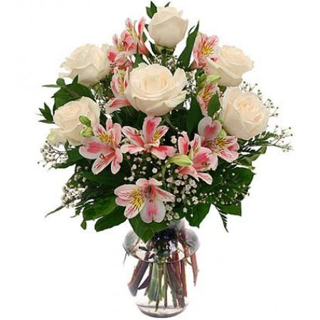 Buquê de  rosas brancas e alstroeméria cor de  rosa