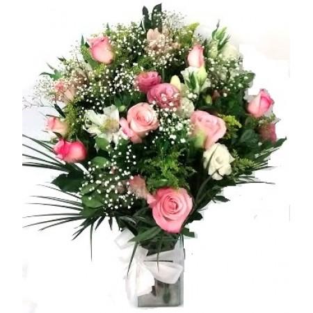 buquê com rosas cor de rosa e lisianthus variados