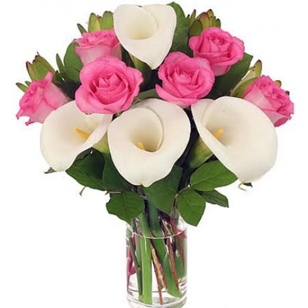 buquê delicadeza de rosas e copo de leite em peça de vidro
