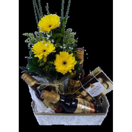 Arranjo de flores, cervejas especiais e bombons ferrero Rocher