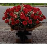 Buquê com 100 rosas  na caixa